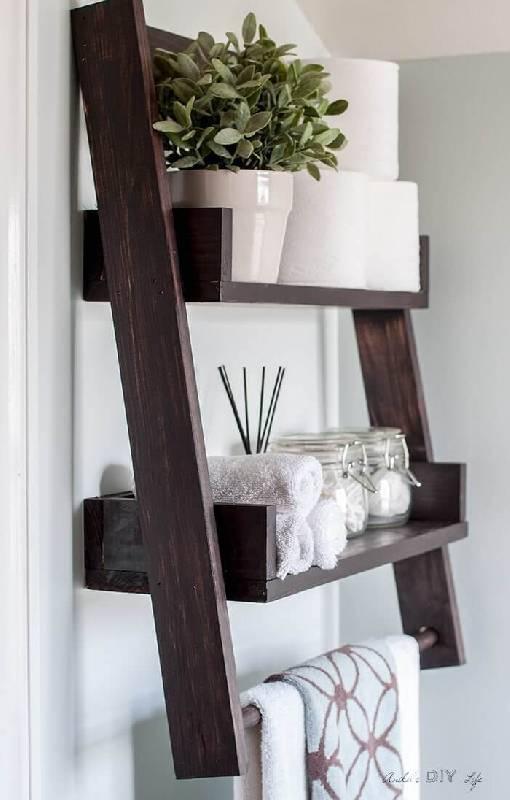 L'échelle en bois tournait l'étagère pour y mettre du papier toilette, des serviettes et d'autres articles.