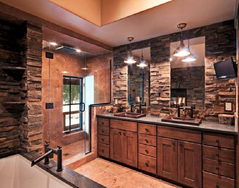 Salle de bain spacieuse et rustique avec deux lavabos