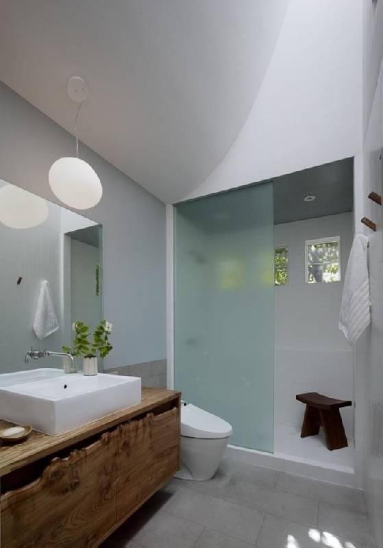 La salle de bains moderne a acquis une belle touche rustique