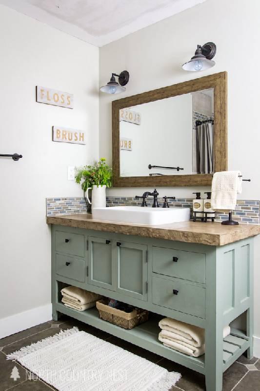 Un miroir avec un cadre en bois au-dessus de l'évier