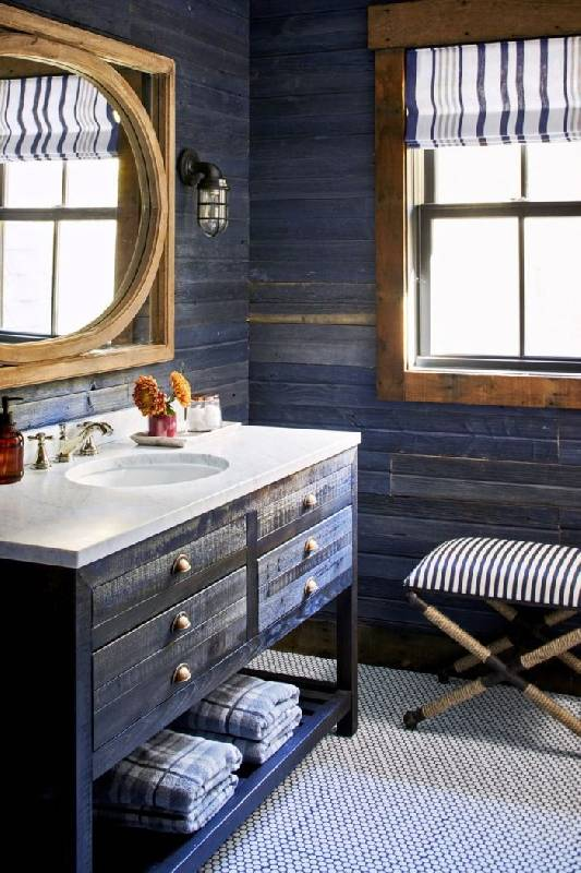 Salle de bain rustique avec un ton bleu marine