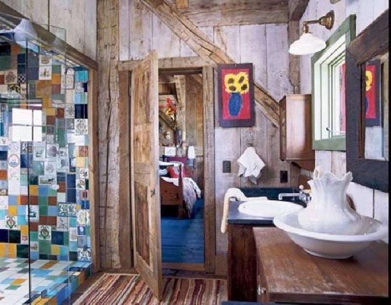 Des carreaux colorés et anciens recouvrent la zone du bain