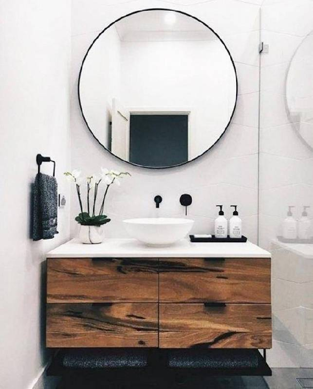 Armoire en bois naturel combinée à un miroir rond