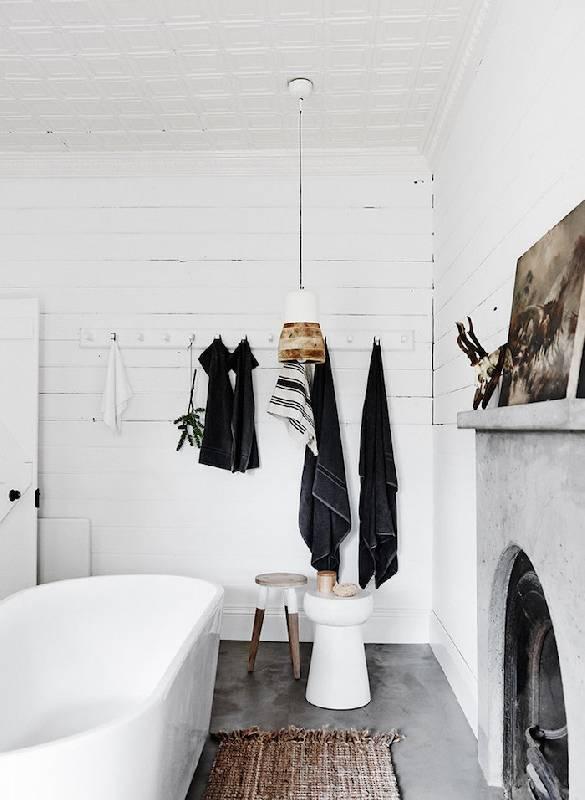 Salle de bain rustique simple avec des tons neutres