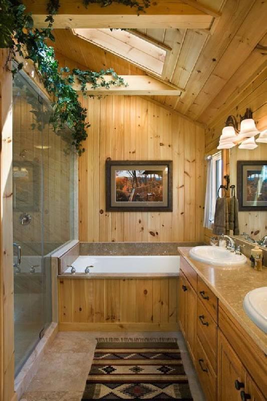 Dans ce projet de salle de bains, le plafond a été conçu pour faciliter l'entrée de la lumière