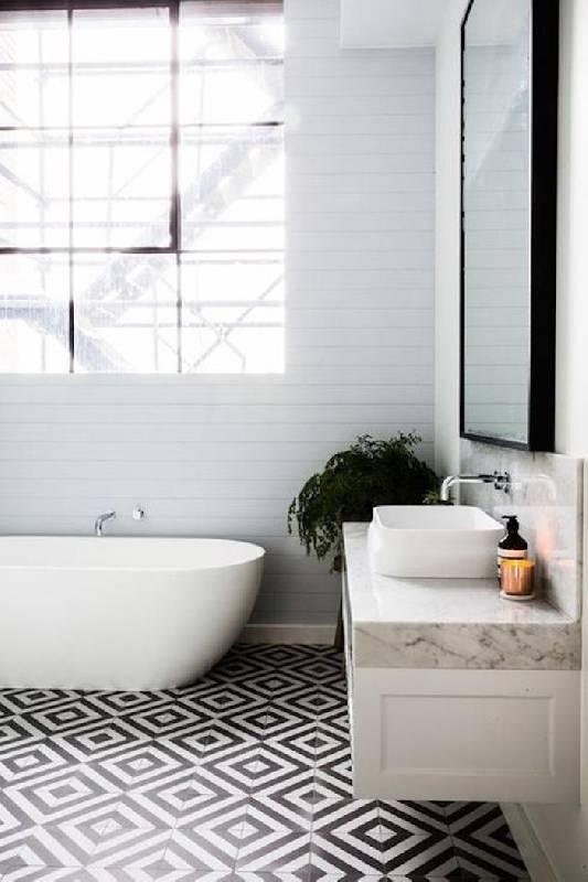 La tendance scandinave a envahi la salle de bains rustique