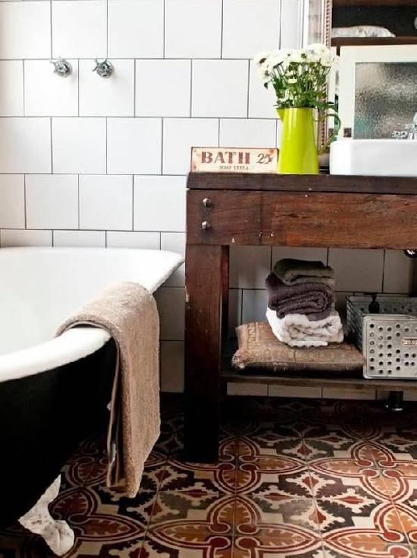 Salle de bains rustique avec carrelage hydraulique