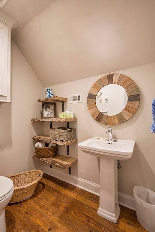 Des étagères en bois brut renforcent le style de la décoration Photo : Decoist