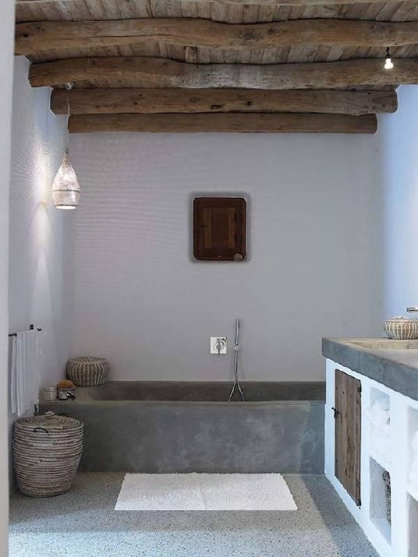 Un exemple de plafond rustique dans la salle de bains